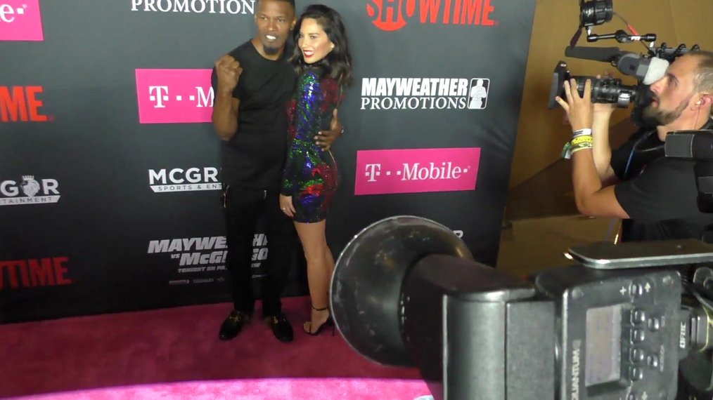 Olivia Munn and Jamie Foxx arriving to the VIP Pre-Fight Party Arrivals on the T-Mobile Magenta Carpet For 'Mayweather VS McGregor at TMobile Arena in Las Vegas.mp4