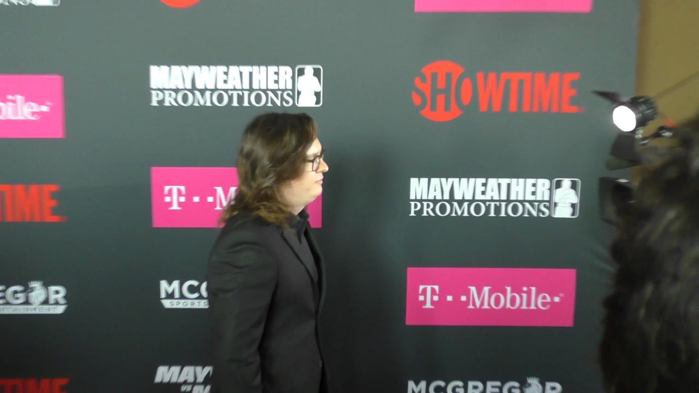Clarke Duke arriving to the VIP Pre-Fight Party Arrivals on the T-Mobile Magenta Carpet For 'Mayweather VS McGregor at TMobile Arena in Las Vegas.mp4