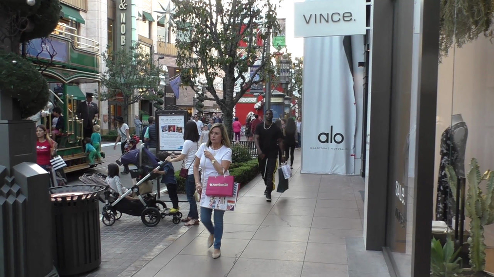 Lance Gross goes Christmas shopping at The Grove in Los Angeles.mp4