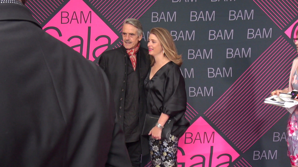Jeremy Irons & Alicia Glen attends the BAM Gala 2018 at Brooklyn Cruise Terminal in New York.mp4