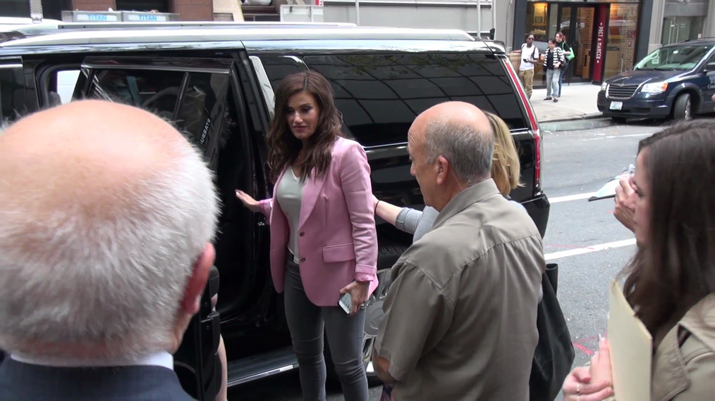 Idina Menzel and her sister Cara Mentzel outside the TODAY Show in Rockefeller Center in New York.mp4