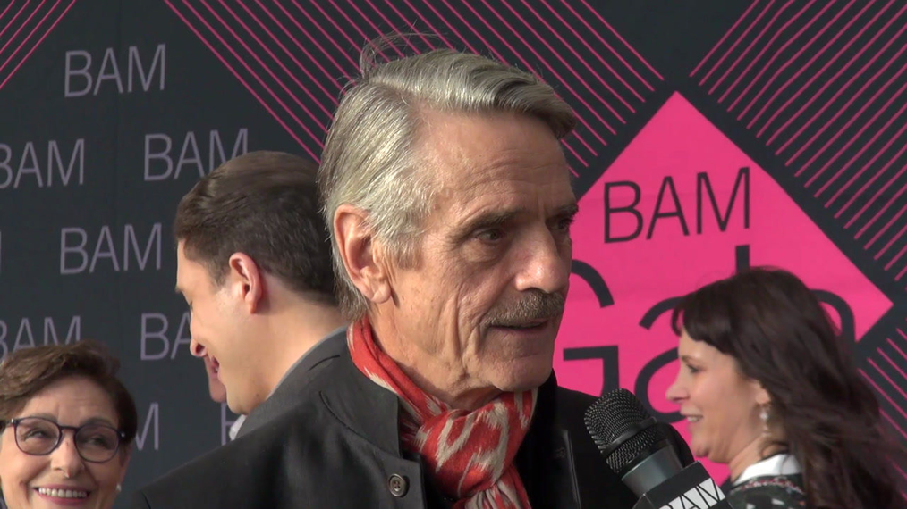 Jeremy Irons attends the BAM Gala 2018 at Brooklyn Cruise Terminal in New York.mp4