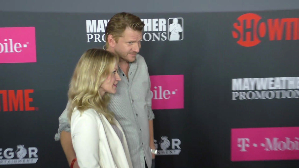 Paula Malcomson and Dash Mihok arriving to the VIP Pre-Fight Party Arrivals on the T-Mobile Magenta Carpet For 'Mayweather VS McGregor at TMobile Arena in Las Vegas.mp4