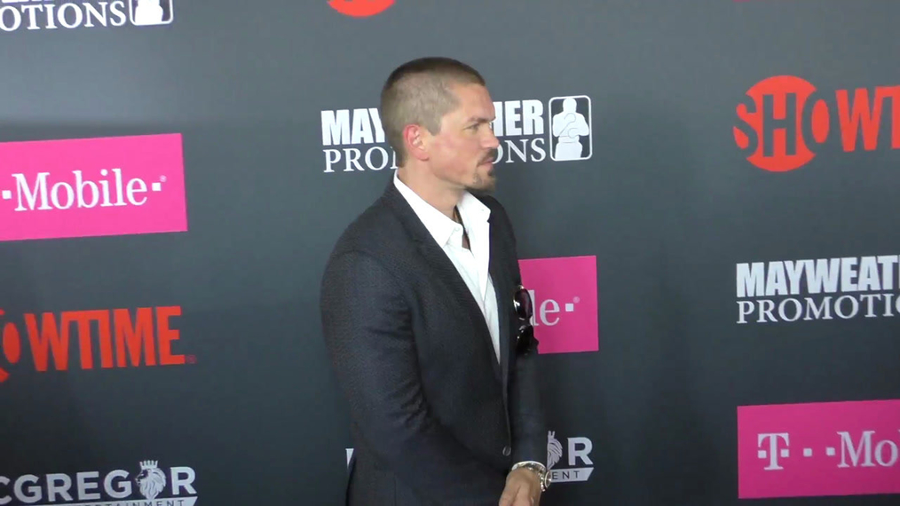 Steve Howey and Sarah Shahi arriving to the VIP Pre-Fight Party Arrivals on the T-Mobile Magenta Carpet For 'Mayweather VS McGregor at TMobile Arena in Las Vegas.mp4