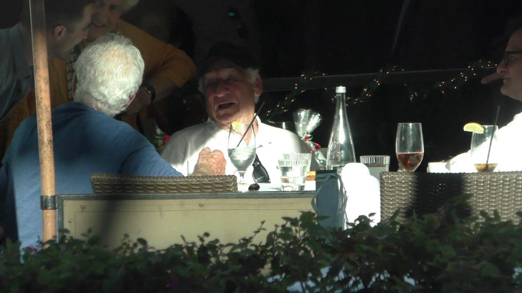 Mel Brooks grabs lunch with friends in Beverly Hills.mp4