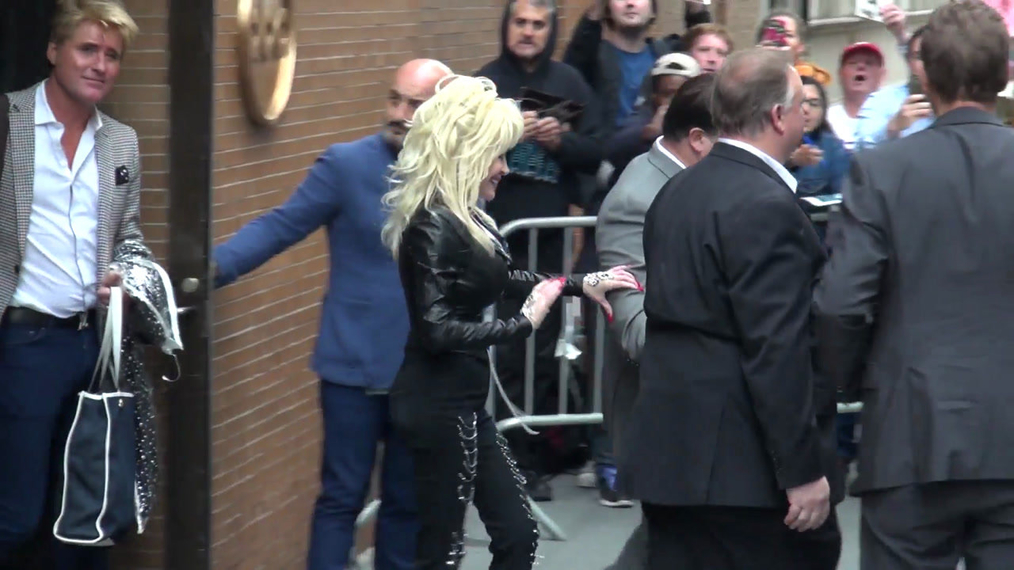 Dolly Parton outside ABC Studios in New York.mp4