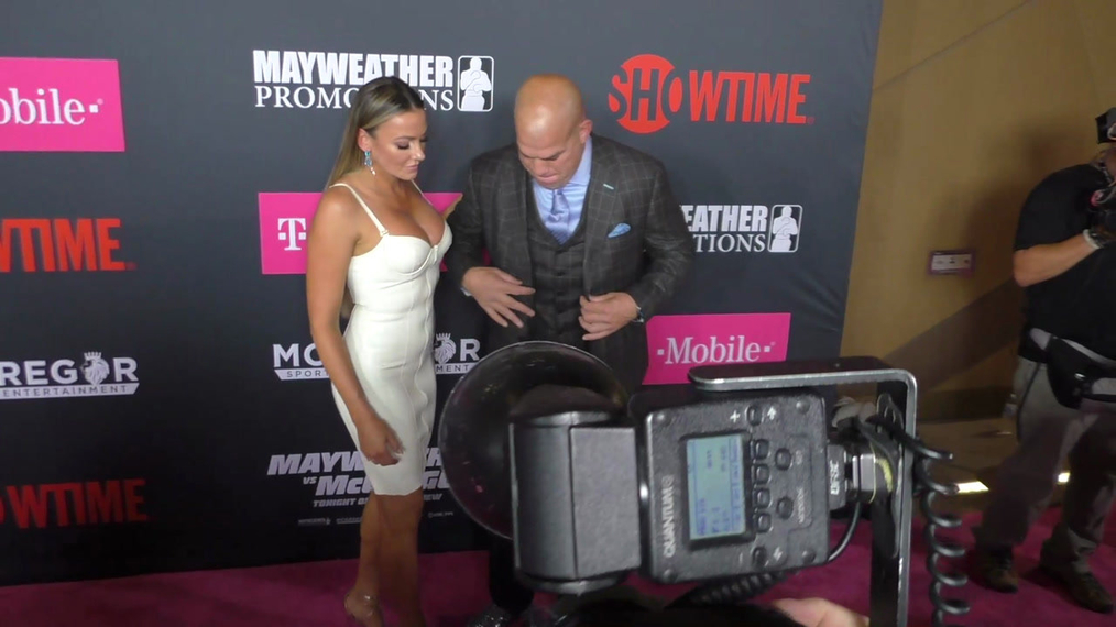 Tito Ortiz and Amber Nicole Miller arriving to the VIP Pre-Fight Party Arrivals on the T-Mobile Magenta Carpet For 'Mayweather VS McGregor at TMobile Arena in Las Vegas.mp4