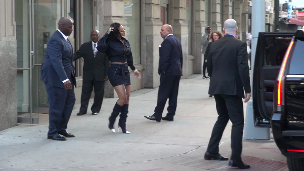 Rihanna leaving her NYC home in New York.mp4