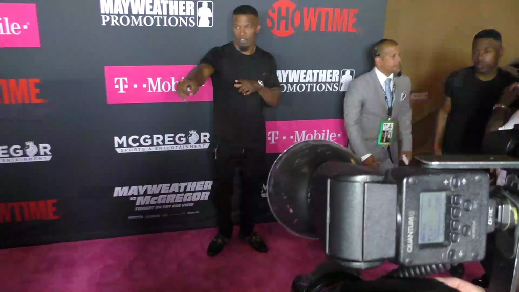 Jamie Foxx arriving to the VIP Pre-Fight Party Arrivals on the T-Mobile Magenta Carpet For 'Mayweather VS McGregor at TMobile Arena in Las Vegas.mp4