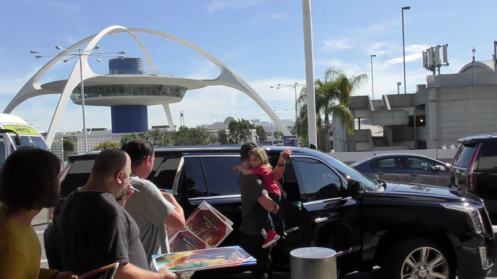 Chris Hemsworth, Elsa Pataky and their kids departing at LAX Airport in Los Angeles.mp4